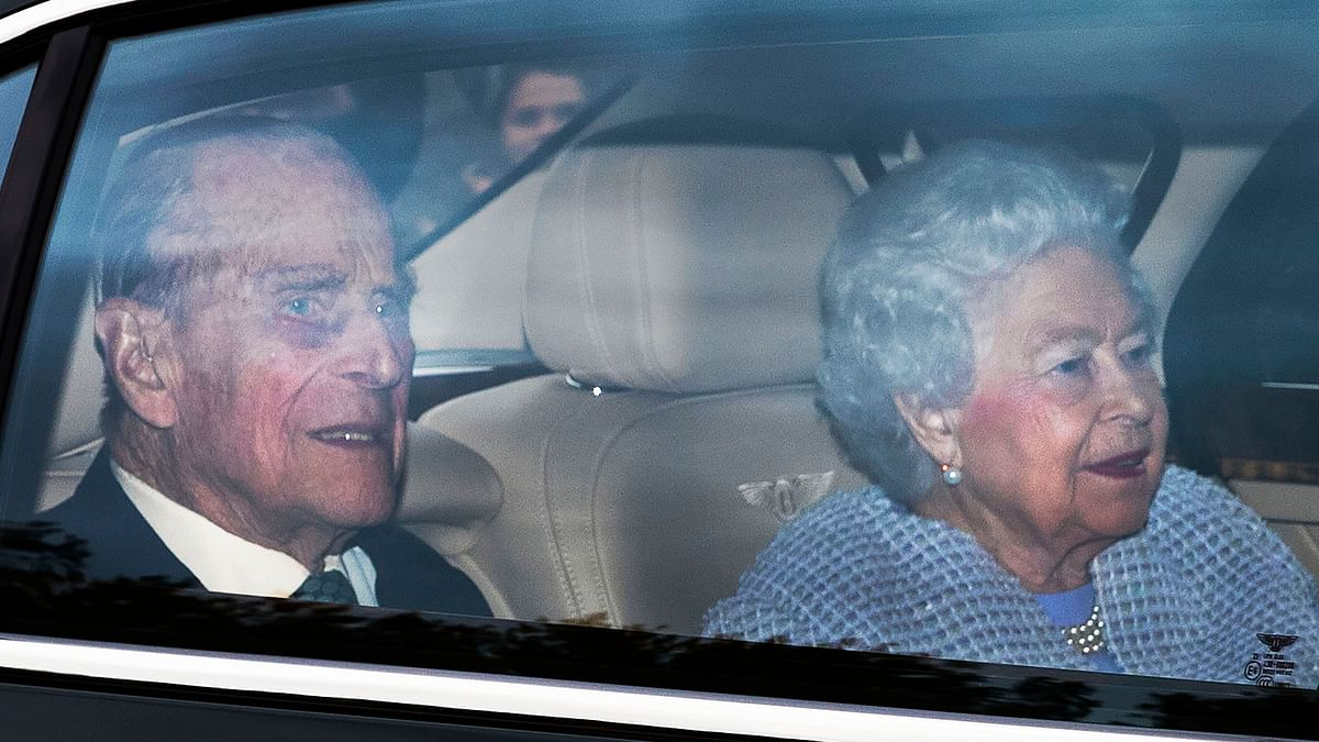 ब्रिटेन की महारानी, उनके पति ने कोविड-19 वैक्सीन लगवाया