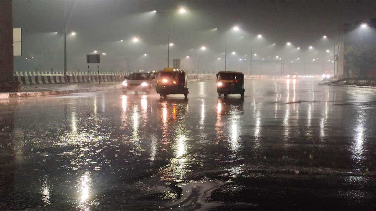 दिल्ली-NCR में ठंड के बीच तेज बारिश, लखनऊ समेत यूपी में भी हुई बरसात