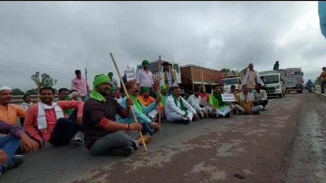 किसान आंदोलन का 50वां दिन: घने कोहरे के बीच दिल्ली की सीमाओं पर डटे प्रदर्शनकारी