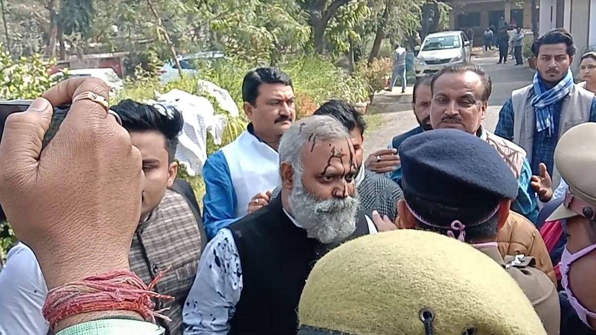रायबरेली में दिल्ली के विधायक सोमनाथ भारती पर फेंकी गई स्याही