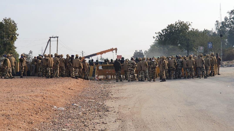 दिल्ली : फ्रीलांसर की गिरफ्तारी के खिलाफ पत्रकारों का पुलिस मुख्यालय पर प्रदर्शन