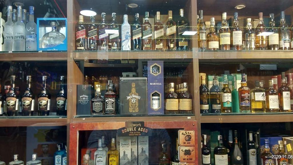 बिहार में आबकारी विभाग ने 'चूहे के बिल से' जब्त की अवैध शराब