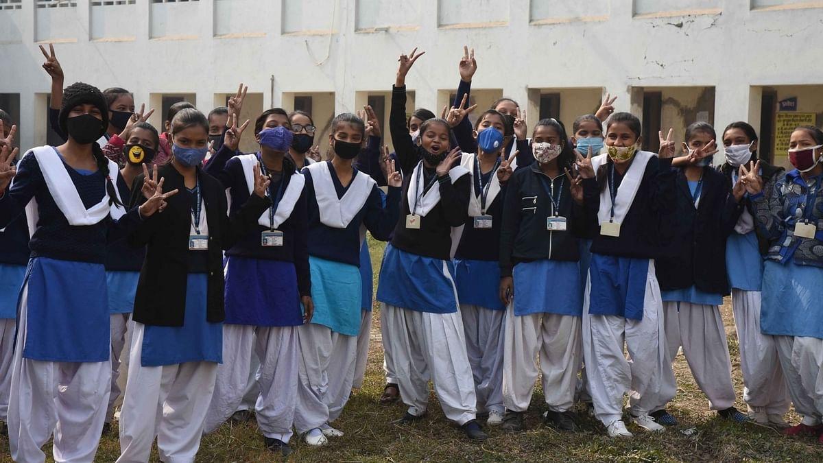 बिहार में करीब 9 महीने बाद खुले स्कूल व शिक्षण संस्थान, खिल उठे छात्रों के चेहरे