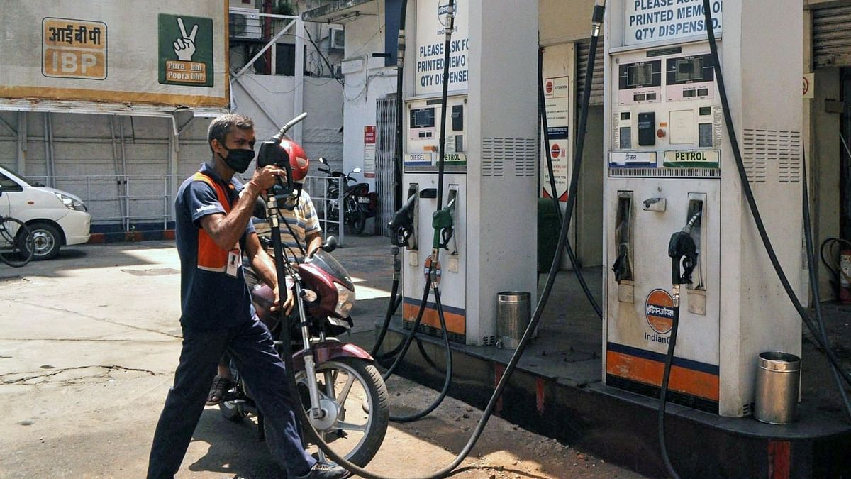 पेट्रोल, डीजल के दाम में बड़ी वृद्धि, 1 साल की उंचाई पर कच्चा तेल
