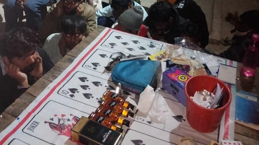 दिल्ली: जुआ खेलने के आरोप में 17 गिरफ्तार, SHO का हुआ तबादला