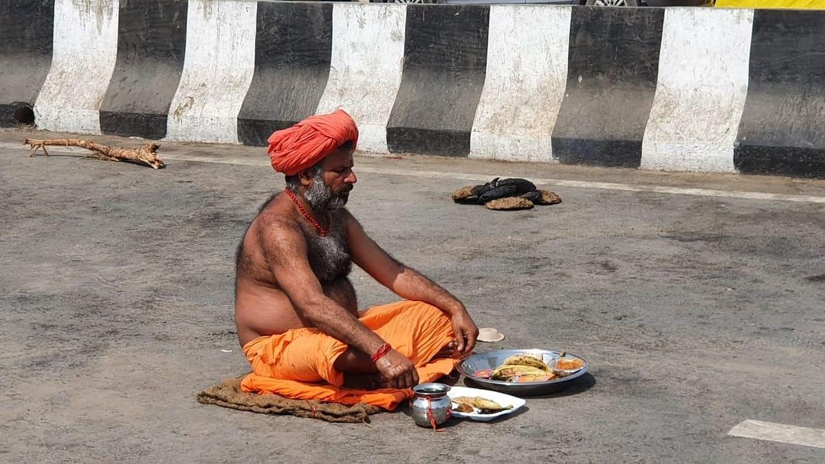 कृषि कानूनों के विरोध में धूप में बैठ कर एक बाबा का तप