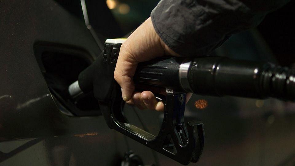 बंगाल सरकार ने पेट्रोल, डीजल पर टैक्स में 1 रुपये की कटौती की