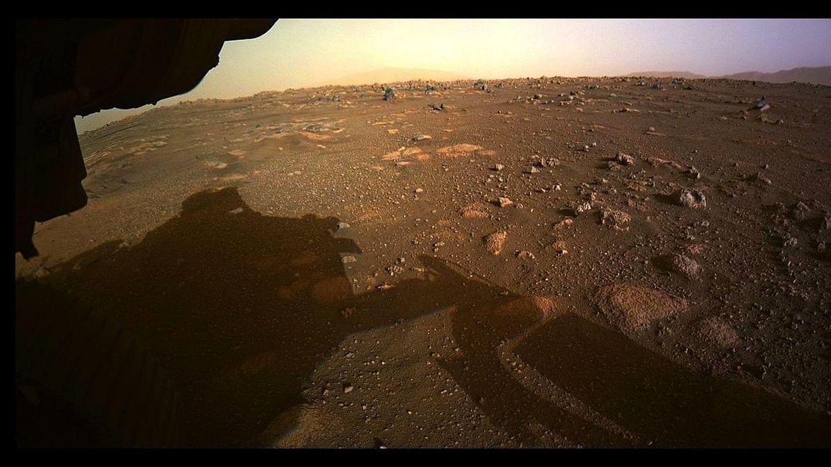 नासा के रोवर ने मंगल की पहली रंगीन तस्वीर व एक सेल्फी भी भेजी