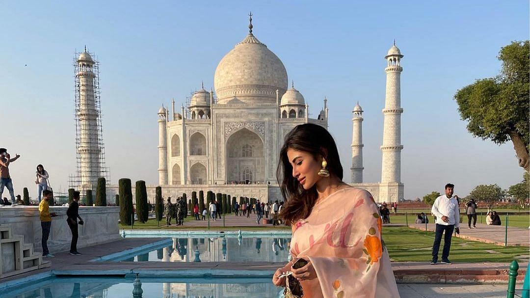 ताजमहल के सामने मौनी रॉय ने किया फोटोशूट, बंगाली बाला की खूबसूरती के आगे फीकी पड़ी ताज़ की चमक