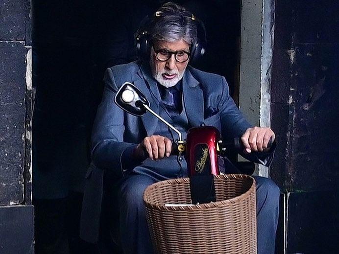 अमिताभ बच्चन ने सेट पर चलाई 'टॉय बाइक'