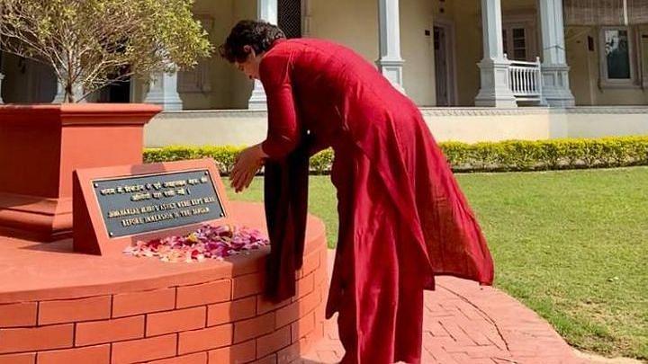 प्रयागराज पहुंची प्रियंका गांधी, पूर्व प्रधानमंत्री नेहरू को श्रद्घासुमन अर्पित किये, आनन्द भवन में भी बिताया समय