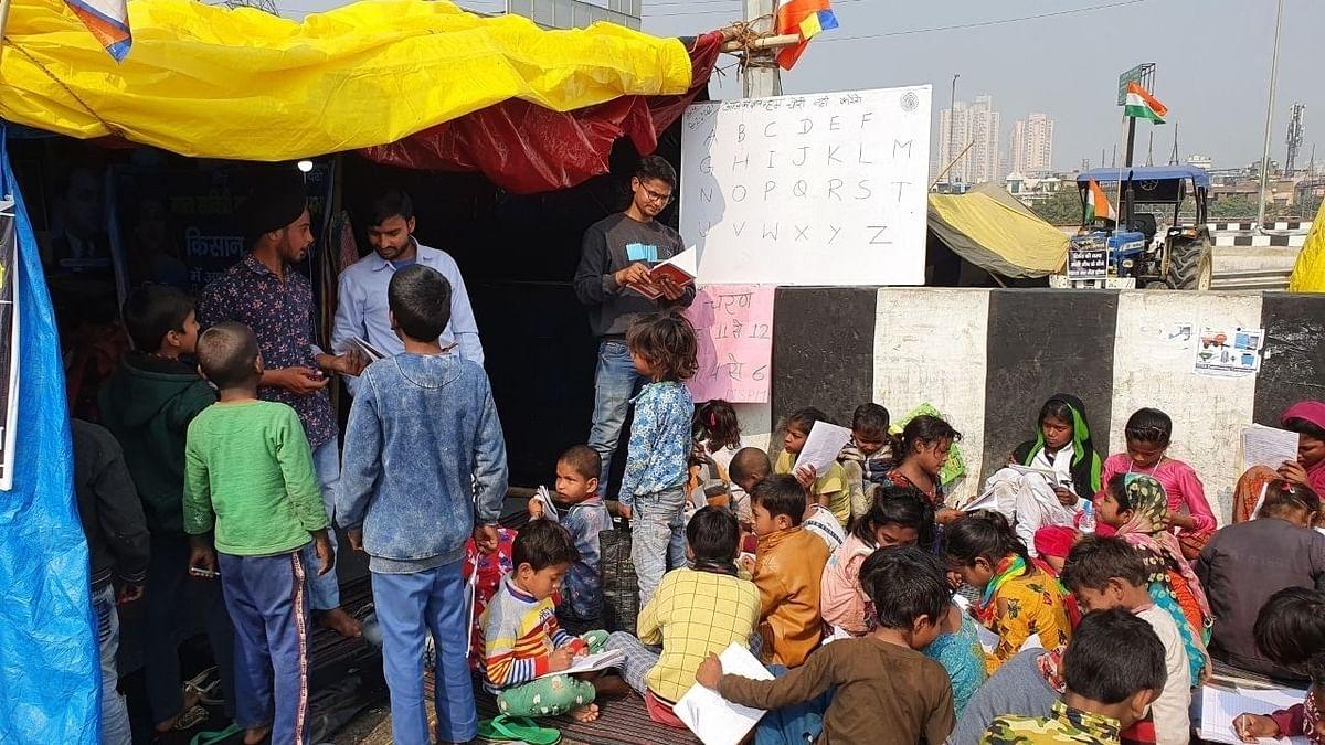 दिल्ली: बॉर्डर पर 'पाठशाला', कूड़ा बिनने वाले बच्चों को मिल रही प्रारंभिक शिक्षा