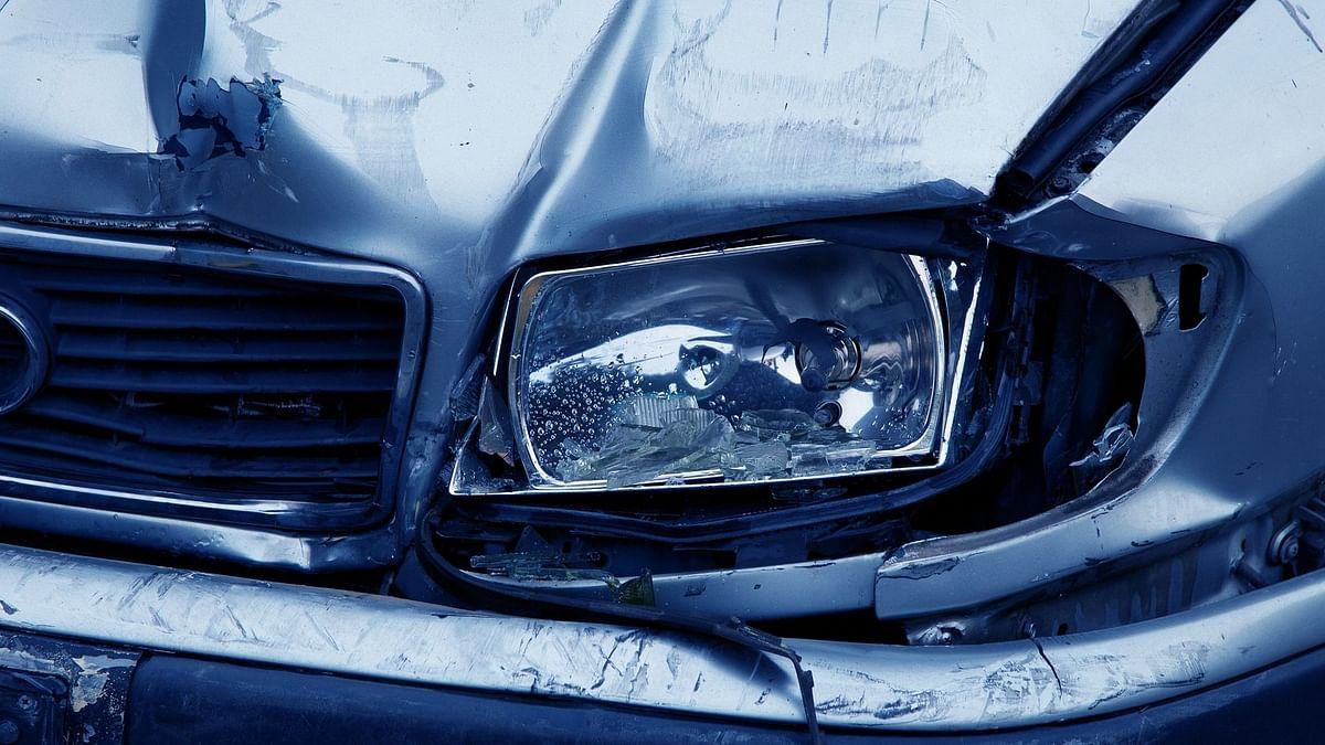इंदौर में खड़े डंपर से टकाराई कार, 6 लोगों की मौत
