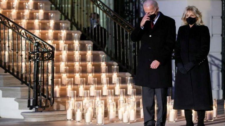 अमेरिका: कोविड से मरे 5 लाख लोगों के सम्मान में मोमबत्तियां जलाई गयी