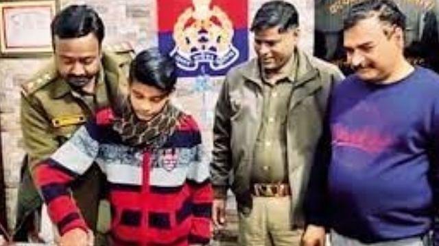 उप्र : 14 साल के एक बच्चे को पुलिस ने लिया गोद
