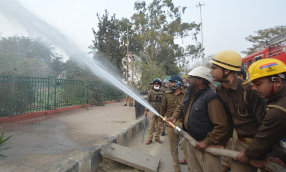 लखनऊ: दंगा नियंत्रण को लेकर पुलिस व फायर ब्रिगेड कर्मियों ने किया मॉकड्रिल