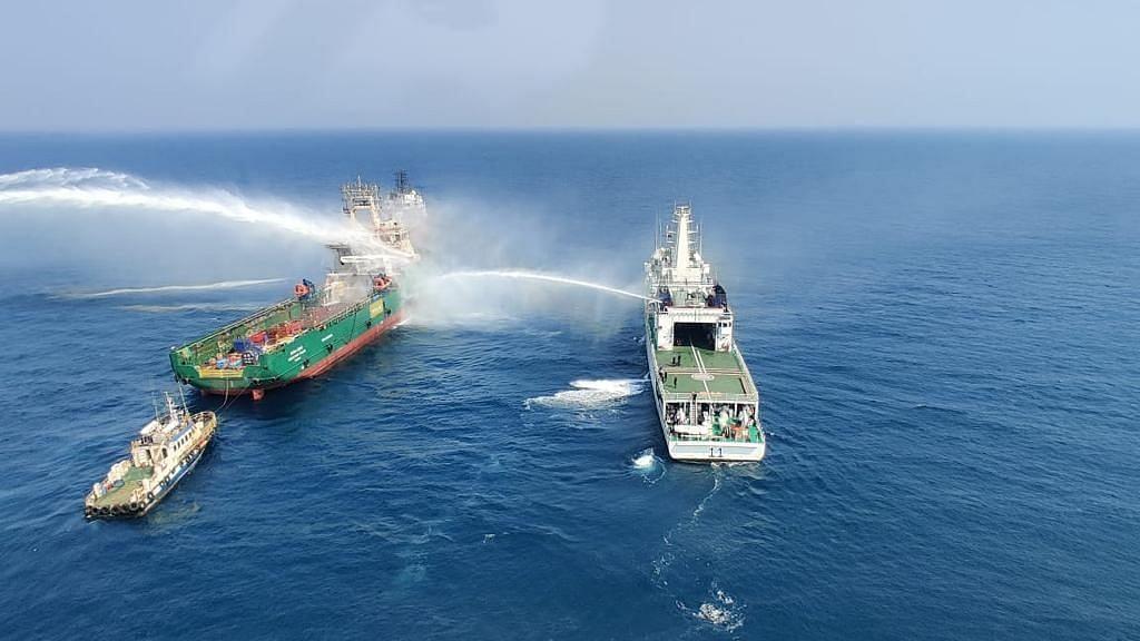 अरब सागर में जहाज में लगी आग, 3 नौसैनिक लापता, 1 घायल