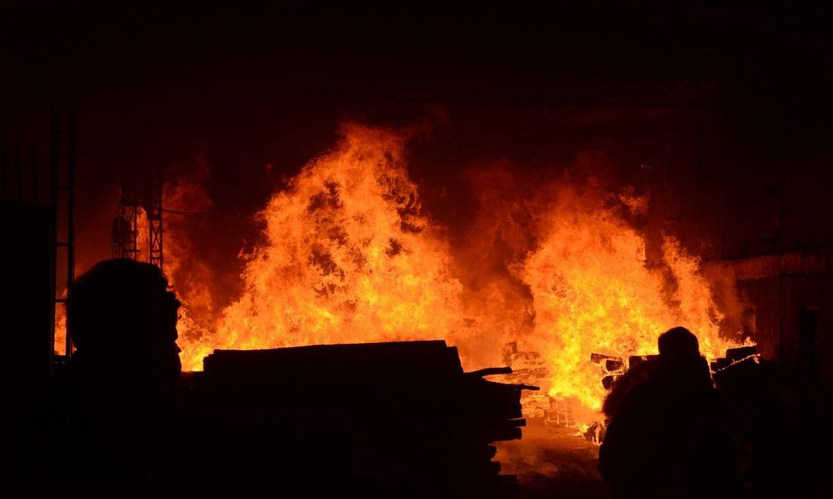 बिहार: 15 घरों में लगी आग, 1 की मौत, 10 पशु भी झुलसे