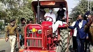 ट्रैक्टर चलाकर विधानसभा पहुंचे तेजस्वी, कहा- किसानों को परेशान कर रही सरकार