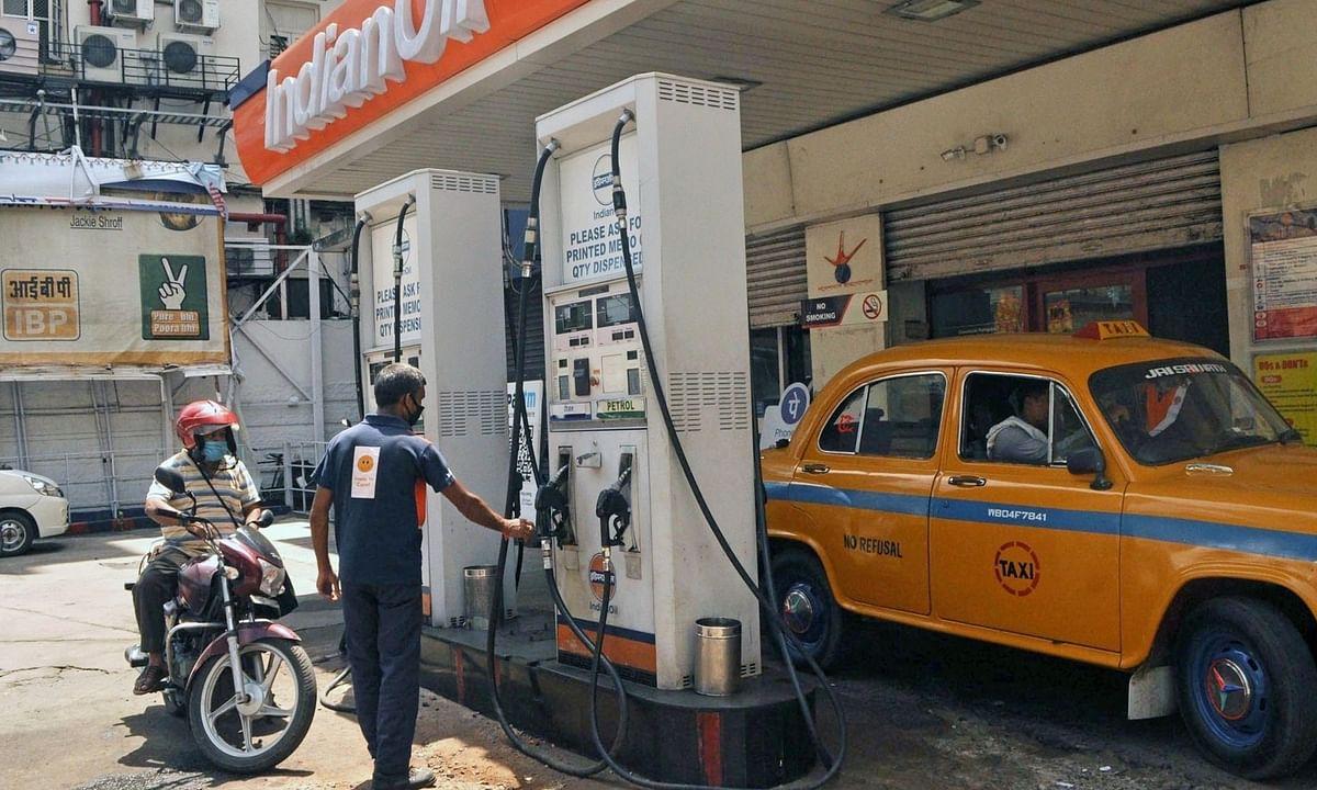 पेट्रोल, डीजल के दाम फिर बढ़े, 8 सत्रों के बाद टूटा कच्चा तेल