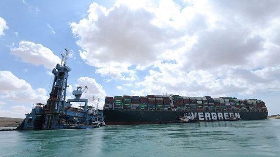 स्वेज नहर में फंसे कंटेनर जहाज को निकालने के प्रयास तेज