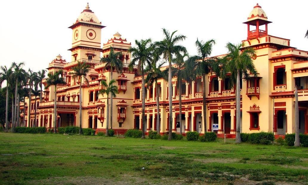 कोरोना के चलते BHU में निलंबित की गईं ऑफलाइन कक्षाएं