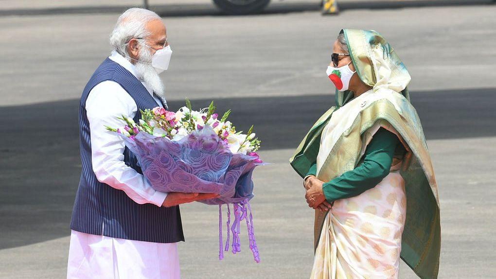बांग्लादेश पहुँचे PM मोदी, एयरपोर्ट पर बांग्लादेश की प्रधानमंत्री शेख हसीना ने किया स्वागत