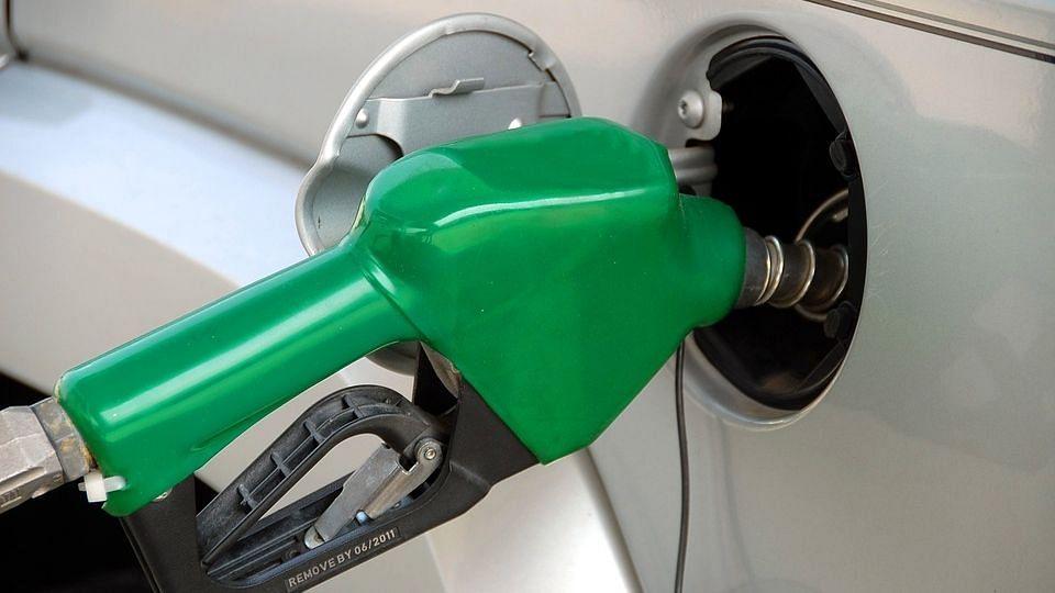 राहत: 24 दिनों के विराम के बाद घटे पेट्रोल, डीजल के दाम, कच्चे तेल में नरमी