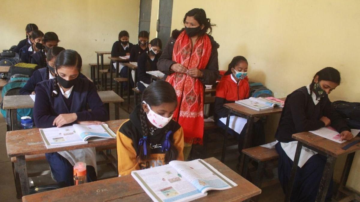 आरंभ हो रहा है स्कूलों का नया सत्र, लेकिन पढ़ाई होगी घर पर