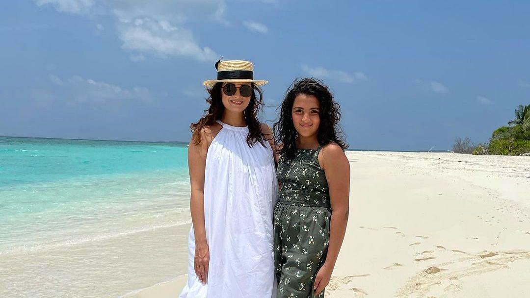 दीया मिर्जा ने मालदीव वैकेशन के दौरान सौतेली बेटी के साथ पोज दिया