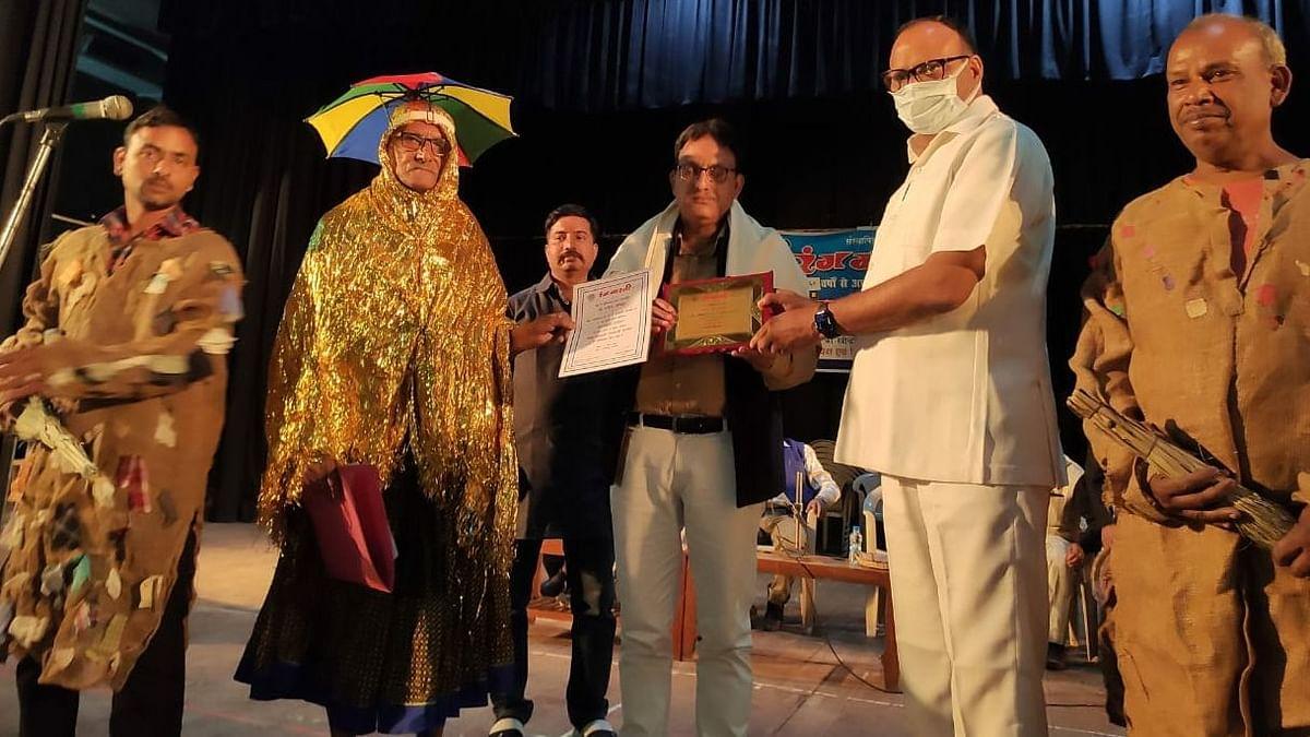 लखनऊ: रंगभारती द्वारा आयोजित घोंघा बसन्त सम्मेलन में कलाकारों को किया गया सम्मानित