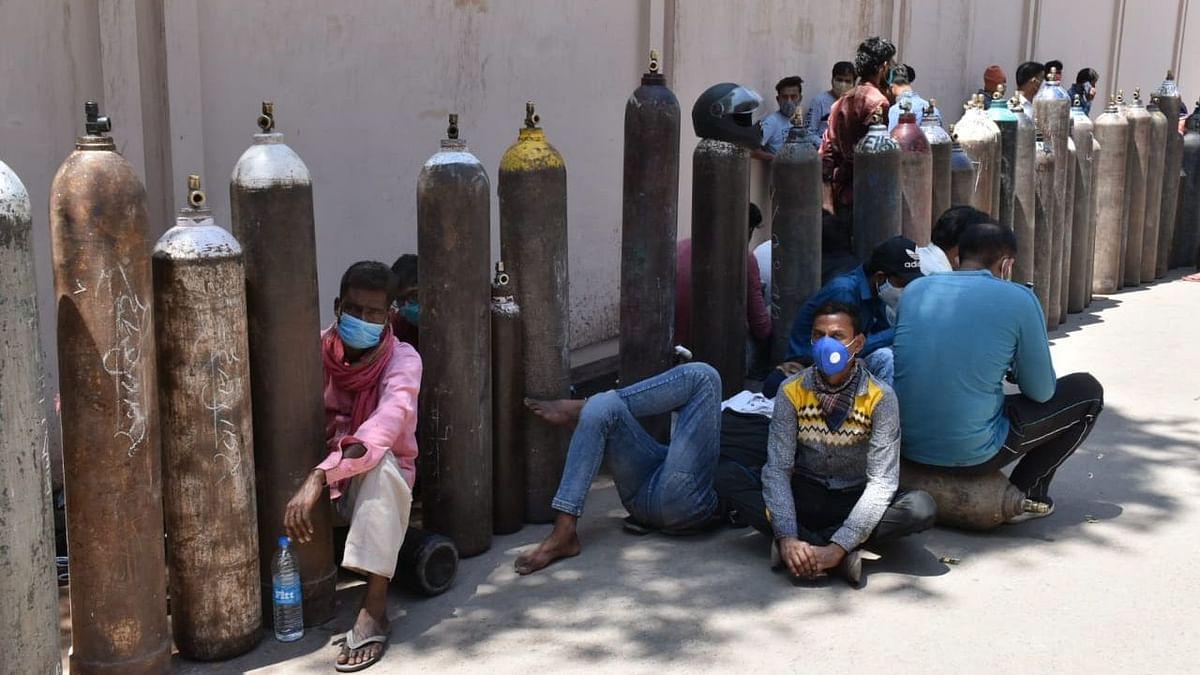 लखनऊ: तालकटोरा मिल रोड एरिया में खाली ऑक्सीजन सिलेंडर को भरे सिलेंडर में बदलवाने को लेकर इंतजार करते लोग