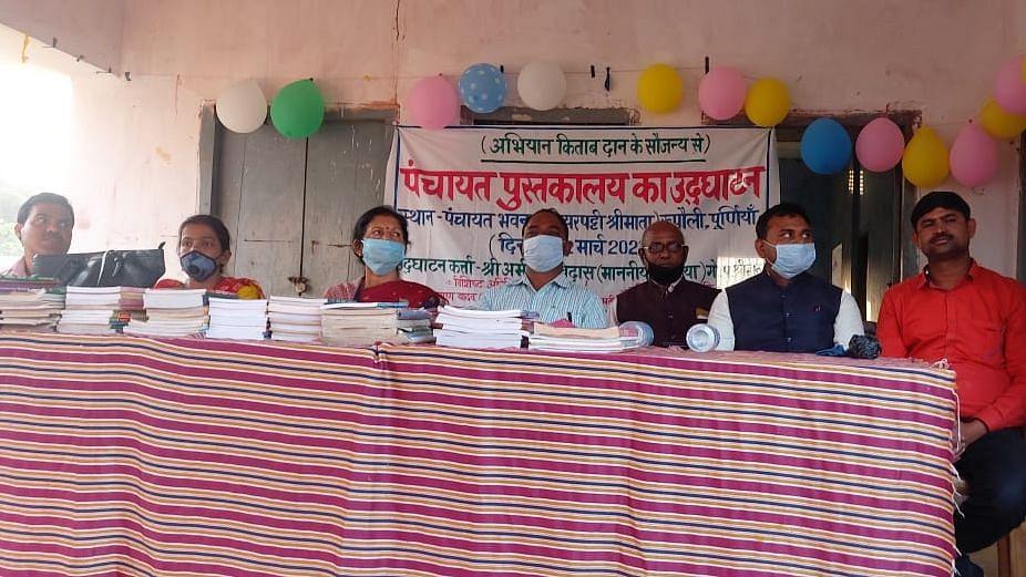 बिहार: पूर्णिया के गांवों में 'पुस्तकों की दुनिया' बसाने में जुटे हैं जिलाधिकारी राहुल कुमार