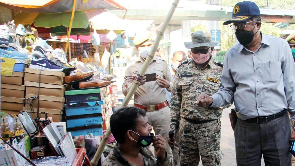 लखनऊ: बिना मास्क बैठे चारबाग फुटपाथ दुकानदारों का नगर निगम अधिकारियों ने किया चालान