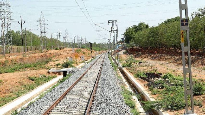 कम यात्रियों के चलते दक्षिण मध्य रेलवे ने 10 ट्रेनों की सेवा रद्द की