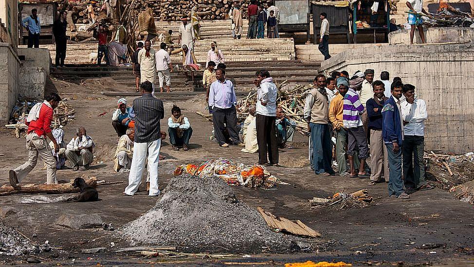 वाराणसी: काशी में अंतिम क्रिया का भी व्यापार, कंधा देने के लिए 4 से 5 हजार रुपये की डिमांड