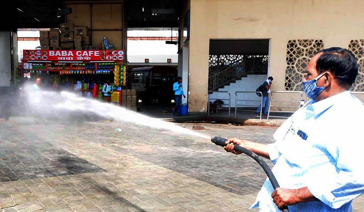 लखनऊ: आलमबाग बस अड्डे को सैनिटाइज करते नगर निगम कर्मचारी