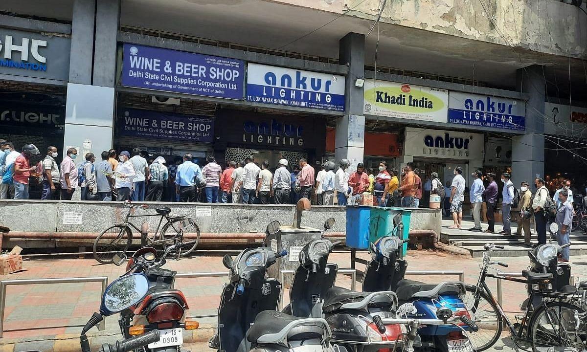 लखनऊ: 'लॉकडाउन' सुन जनता भूल गयी सोशल डिस्टेंसिंग, किसी को खरीदनी थी सब्जी, किसी को दवा तो किसी को शराब