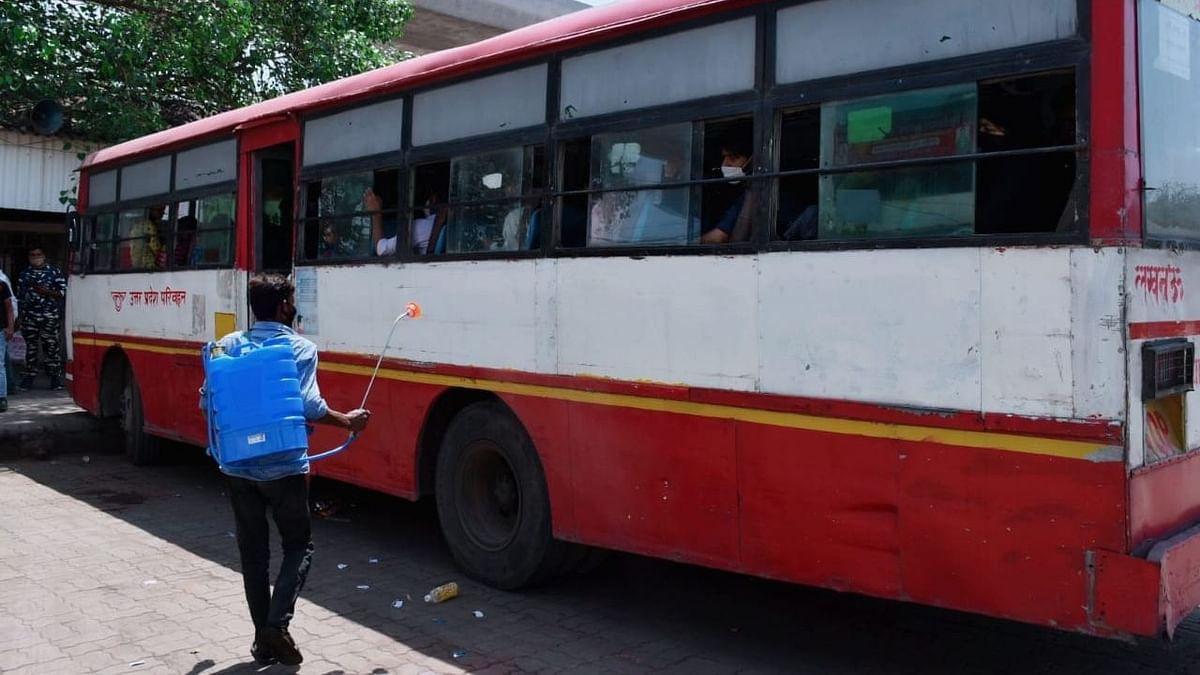 चारबाग बस अड्डे पर सैनिटाइजेशन करता हुआ एक कर्मचारी