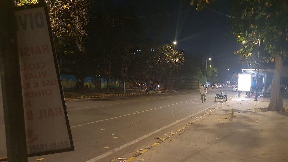 दिल्ली नाइट कर्फ्यू: 8 बजे से ही बंद होने लगीं दुकानें, स्टाफ की नौकरी पर भी खतरा