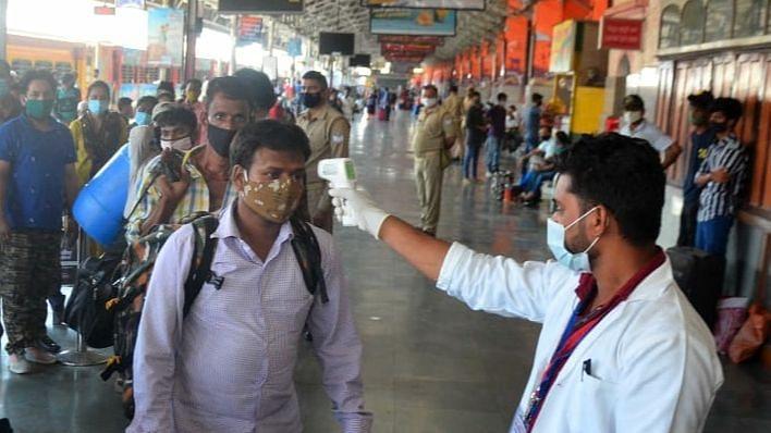 चारबाग लखनऊ यात्रियों की कोरोना जांच करते स्वास्थ विभाग की टीम