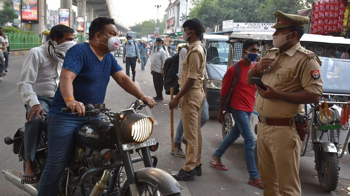लखनऊ: यातायात नियमों से खिलवाड़ करती जनता, मास्क तो पहन लिया लेकिन हेलमेट गायब