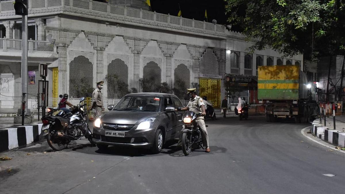 लखनऊ: नाइट कर्फ्यू से पहले ही अपने घर पहुँच रहे लोग, देखें सड़कों पर पसरे सन्नाटे की तस्वीरें