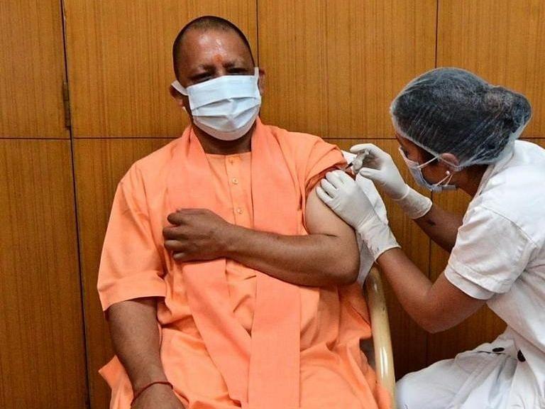 उत्तर प्रदेश के मुख्यमंत्री योगी ने लगवाई कोविड 19 वैक्सीन की पहली खुराक