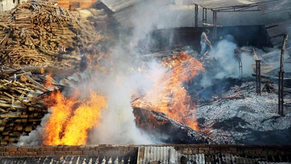 लखनऊ: चिनहट थाना क्षेत्र स्थित मटियारी के पास प्लाई फैक्ट्री में लगी भीषण आग