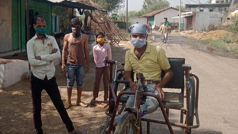 कोरोना के खिलाफ अलख जगाने गांव-गांव घूम रहा दिव्यांग