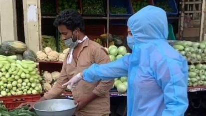 राखी सावंत ने पीपीई सूट पहनकर खरीदी सब्जी