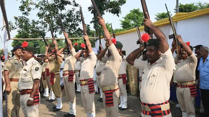 बिहार: 'गार्ड ऑफ ऑनर' के वक्त दगा दे गई पुलिस की राइफल
