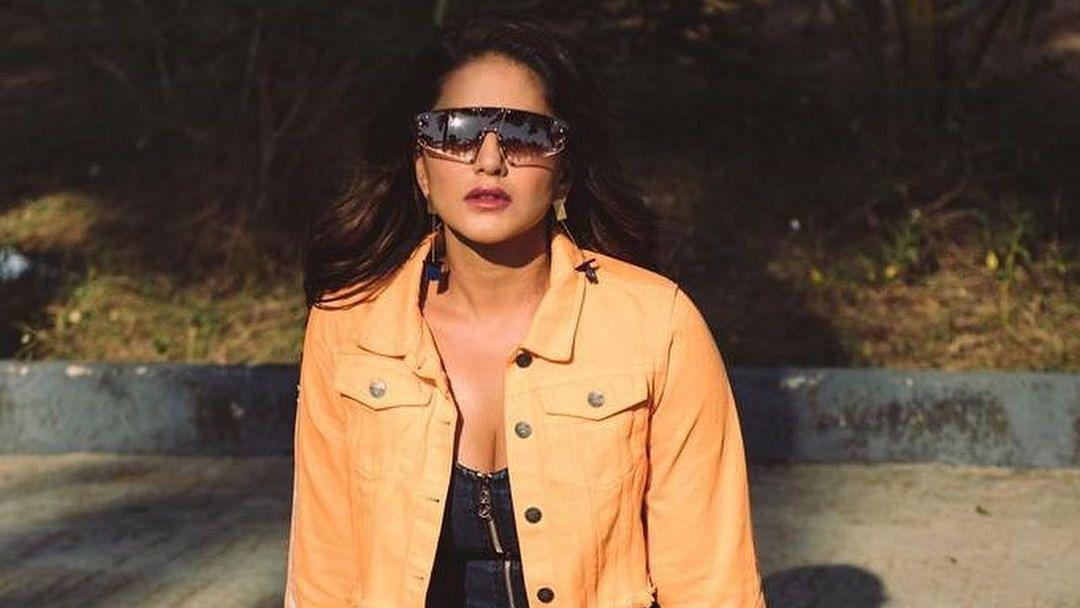 ..जब सनी लियोनी ने चूम लिया सूरज की किरणों को, तस्वीर हो गयी वायरल