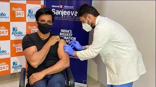 सोनू सूद ने अमृतसर के अस्पताल में लगवाई कोरोना वैक्सीन, 'संजीवनी- टीका जिंदगी का' किया लॉन्च